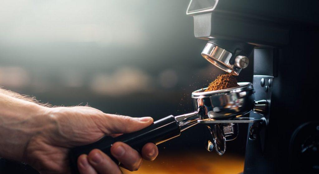 Napełnienie Młynka Do Kawy